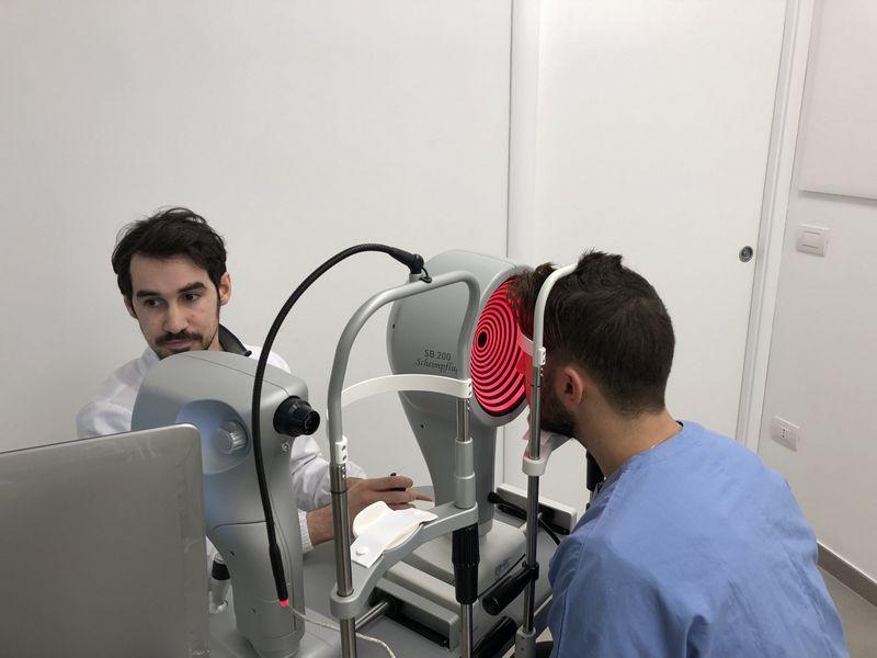Il Dott. Simone Loiodice, Ortottista, Contattologo e Posturologo presso il Centro Medico Oculistico Loiodice a Corato (BA) esegue la Topografia Corneale ad un paziente.